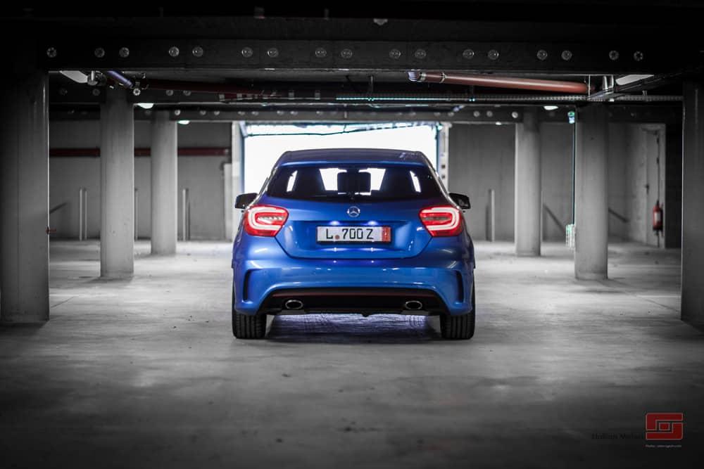 Vue arrière de la Mercedes Classe bleue de Stallion Motors
